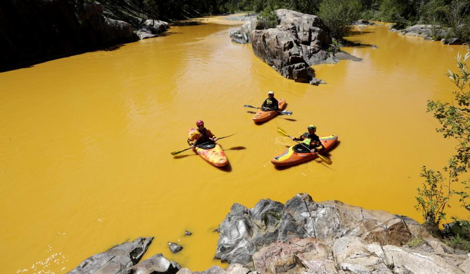 AP news photo of kayakers afloat on the yellow 'plume' moving down the Animas River in Colorado (taken by Jerry McBride of the Durango Herald newspaper)