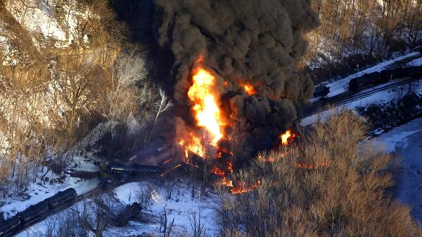 AP photo of the fiery March 2015 B.N.S.F. train derailment near Galena, Illinois