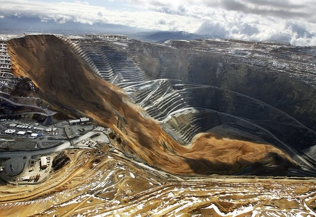 aerial photograph of the April 2013 landslide at Kennecott Utah Copper's open pit mine at Bingham Canyon, SW of Salt Lake City